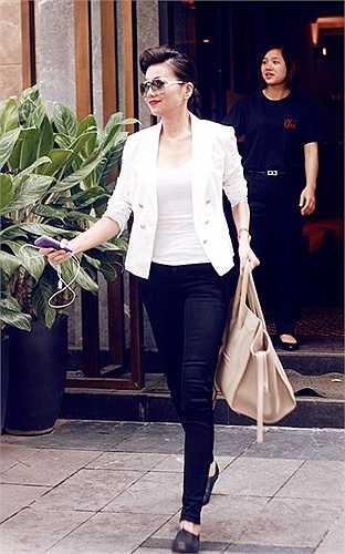 Trong một dịp khác, cô xuống phố với trang phục street style đậm chất menswear, với item chủ đạo là quần skinny đen mix tương phản với áo blazer trắng.