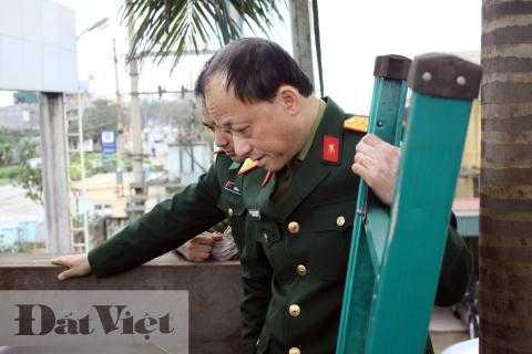 Viện trưởng Đào Ngọc Thạch thích thú nhìn tàu ngầm Trường Sa thử nghiệm