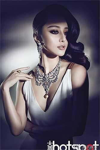 Cô còn được chọn là 1 trong tân tứ đại mỹ nhân của Trung Quốc do họa sỹ người Hoa Vương Tuấn Anh chọn để vẽ.