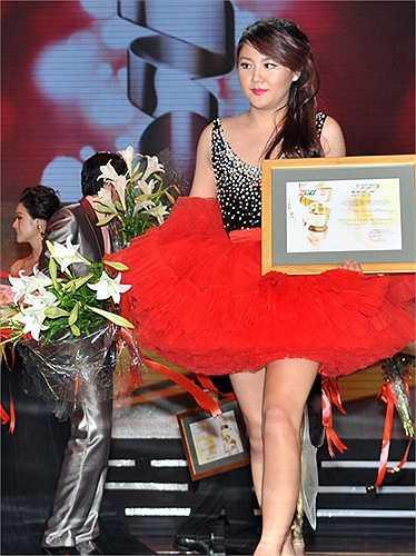 Mặc dù giọng hát được đánh giá cao, phù hợp với thị hiếu của khán giả trẻ, nhưng gu thời trang của Văn Mai Hương chưa bao giờ được đánh giá cao.