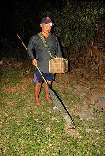 Để có sản phẩm làm ra khô nhái, thanh niên ở xã Vĩnh Trung mỗi đêm khuya phải lặng lội đi soi nhái ở ngoài đồng để đem về làm khô 'vũ nữ chân dài'. (Theo Zing)