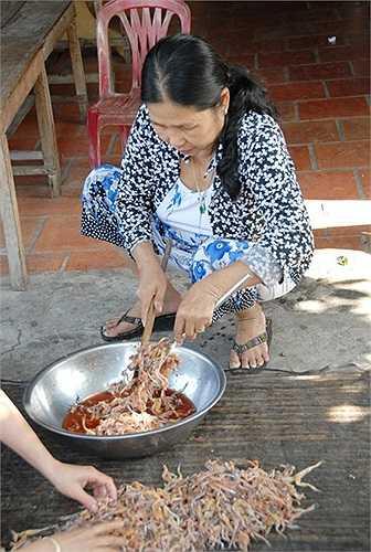 Chị Nguyễn Thị Tươi, một người chuyên sản xuất khô nhái ở xã Vĩnh Trung, cho biết muốn cho khô nhái đạt chất lượng cao, chị phải ướp nhái với tiêu, ớt, muối cho thấm đều trước khi phơi.(Theo Zing)