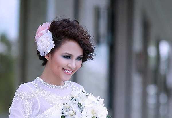 Khác hẳn hình ảnh rạng rỡ của Hoa hậu khi tuyên bố 'chưa chồng'.