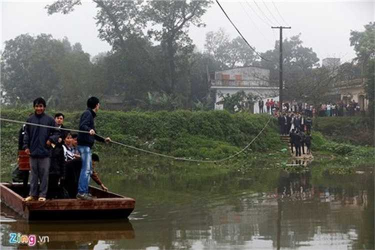 Thôn Ngọc Liễu, xã Nghiêm Xuyên, huyện Thường Tín như một ốc đảo, ba hướng được bao quanh bởi con sông Nhuệ. Để ra khỏi làng, người dân nơi đây chỉ có một phương tiện duy nhất là chiếc đò dây bằng sắt.