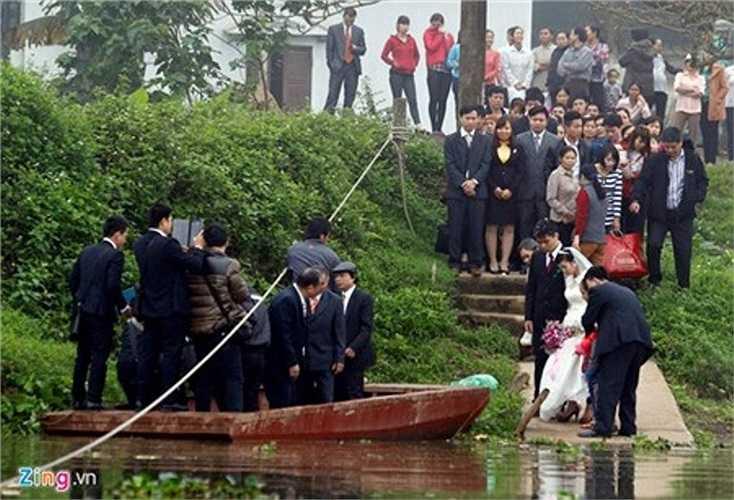 Sáng 25/3, làng Ngọc Liễu có một lễ cưới. Cô dâu buộc phải lên đò qua sông về nhà chồng ở Phú Thọ.