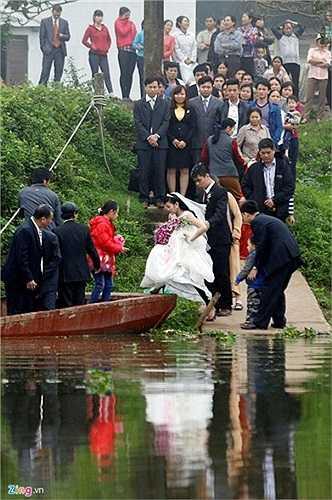 Gia đình hai họ không khỏi không lo lắng khi nhìn cô dâu bước lên đò. Để đón dâu thuận tiện, nhà trai ở lại nhà gái từ đêm trước.