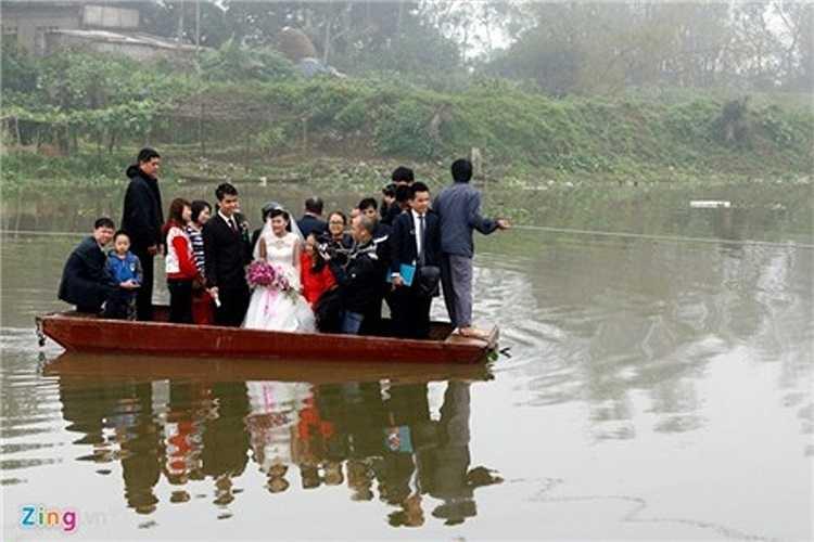 Trọng tải con đò này chỉ được khoảng 10 người nhưng đoàn rước dâu có tới 20 người đứng lên trên. Đoàn đông người, họ phải chia làm hai tốp lần lượt sang sông.