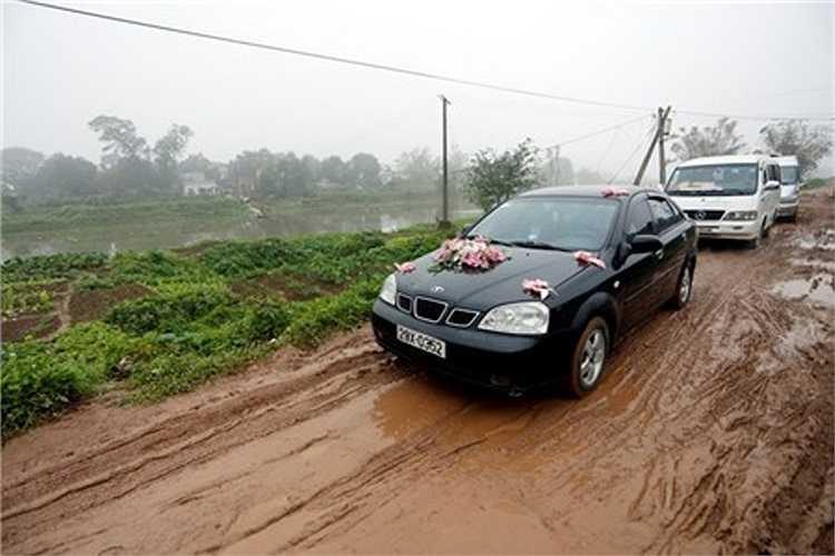 Đoàn rước dâu vừa vất vả qua sông thì gặp phải con đường sình lầy ngay sau đó vì cơn mưa trước đó một ngày.