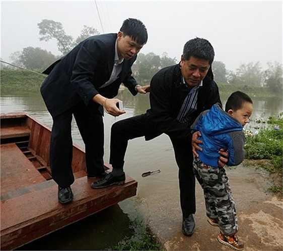 Người trong làng cho biết, không có người chèo đò riêng. Ai muốn đi đò phải ra bến tìm bước lên con đò có sẵn gần bờ và tự kéo dây sang sông.