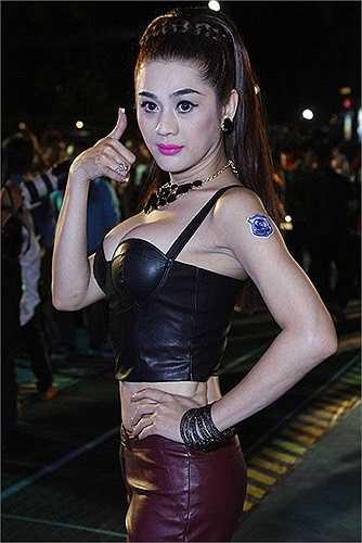Lâm Chi Khanh có dáng hình 'kim tự tháp ngược', tức là phần thân trên rộng và thuôn nhỏ dần về phía dưới. Vai của cô khá rộng, tuy nhiên hông hẹp và chân thon. Đặc điểm cấu tạo cơ thể này khiến bộ ngực nhân tạo của Lâm Chi Khanh không mấy hài hòa với cơ thể.