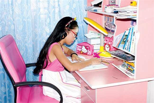 Màu hồng là màu yêu thích của 2 chị em Mỹ Chi nên toàn bộ vật dụng trong phòng đều có màu hồng.