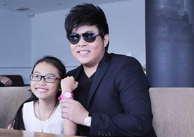 Quang Lê rất chăm chút cho cô con gái nuôi. Anh đầu tư cho sự nghiệp âm nhạc của Mỹ Chi và sắm cho cô bé những vật dụng cá nhân tiện ích. (Theo Khám phá)