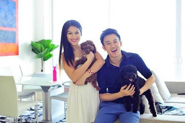 Dương Triệu Vũ rủ người đẹp Ngọc Thanh Tâm của phim Hiệp sỹ mù cùng chụp hình tại căn hộ mới. Hai người vui đùa bên những con thú cưng trong không gian căn nhà mới.