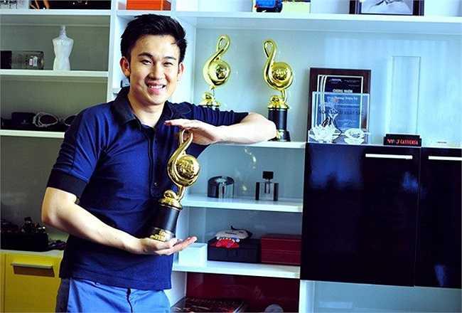 Dương Triệu Vũ cảm thấy rất ưng ý với căn hộ. Anh dành riêng một không gian để lưu giữ những giải thưởng âm nhạc.