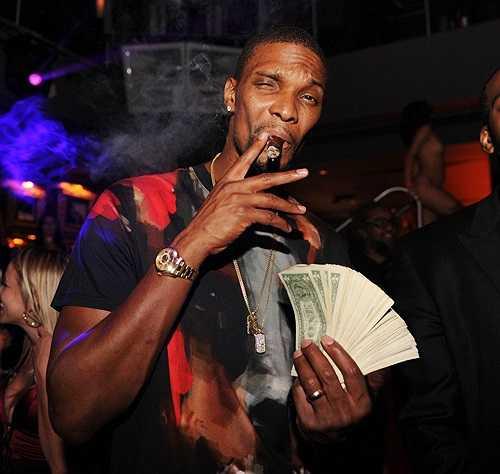 Siêu sao bóng rổ đội Miami Heat đón tuổi 30 hôm 24/3 nhưng một ngày trước đó anh đã mở tiệc tưng bừng. Chris Bosh gây sốc khi cầm một tập tiền đôla bước vào hộp đêm nổi tiếng E11even ở Miami.