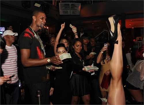 Vừa đung đưa theo điệu nhạc, ngôi sao 30 tuổi vừa rút từng tờ tiền rồi thả rơi lả tả trên sàn coi đó là cách trả dịch vụ cho các cô vũ nữ