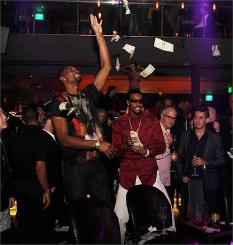 Chris Bosh cầm cả xấp tiền ném tung lên một cách thích thú.