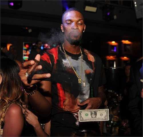 Siêu sao đội Miami Heat vẫn giữ vẻ mặt khinh khỉnh, miệng rít xì gà trong tiếng nhạc xập xình.