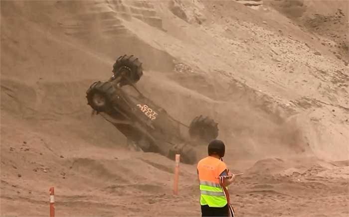 Một chiếc xe đua khác ngã lộn nhào xuống chân vực.