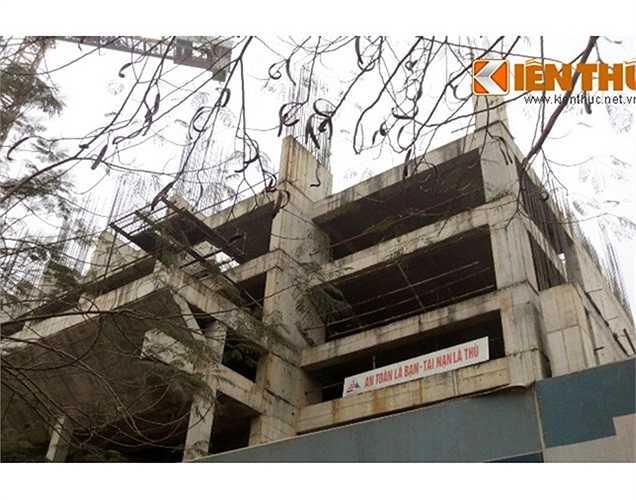 """Khởi công từ 2009, Thăng Long Mansion dự kiến sẽ hoàn thiện vào năm 2013. Nhưng mới triển khai đến tầng 7, dự án này đã """"đắp chiếu"""" mà không hẹn ngày tái khởi động."""