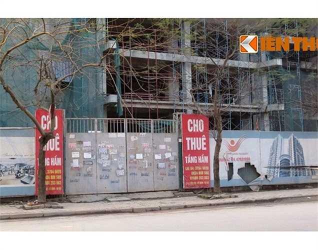 Biển quảng cáo cho thuê tầng hầm của công trình dở dang này làm chỗ để xe trên đường Lê Đức Thọ.