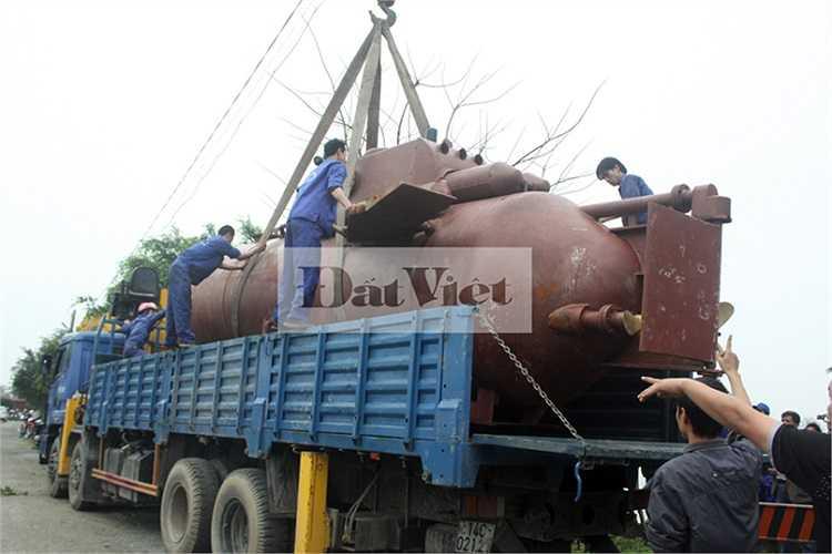 Xe tải đưa tàu ngầm Trường Sa đến hồ thử nghiệm của khu công nghiệp TBS Sông Trà