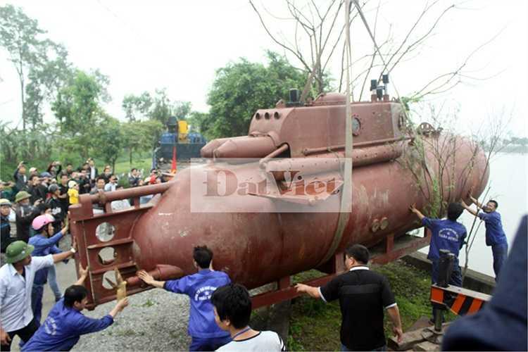 Cuộc thử nghiệm tàu ngầm Trường Sa của ông Hòa đã thu hút hàng trăm người dân Thái Bình đến chứng kiến...