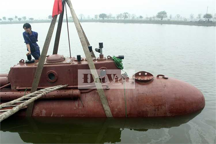 Tàu ngầm được hạ thủy. Được biết, ông Hòa sẽ không thử nghiệm tàu lặn trong lần này bởi lượng nước của hồ không đủ độ sâu. Hồ sâu 3m, trong khi để lặn cần tối thiểu 5m như trong bể thử nghiệm.