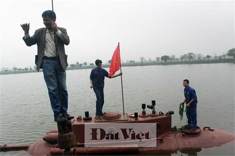 Ông Nguyễn Quốc Hòa xuống tàu ngầm bằng... máy cẩu trong tiếng reo hò cổ vũ của hàng trăm người dân