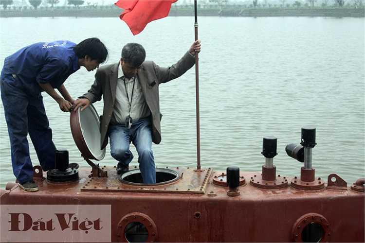 Doanh nhân người Thái Bình vào tàu. Lá quốc kỳ được cắm lên nóc tàu ngầm Trường Sa. Công nhân của công ty cho biết: 'Cắm cờ để khẳng định Trường Sa do người Việt Nam chế tạo, Trường Sa là của Việt Nam'.