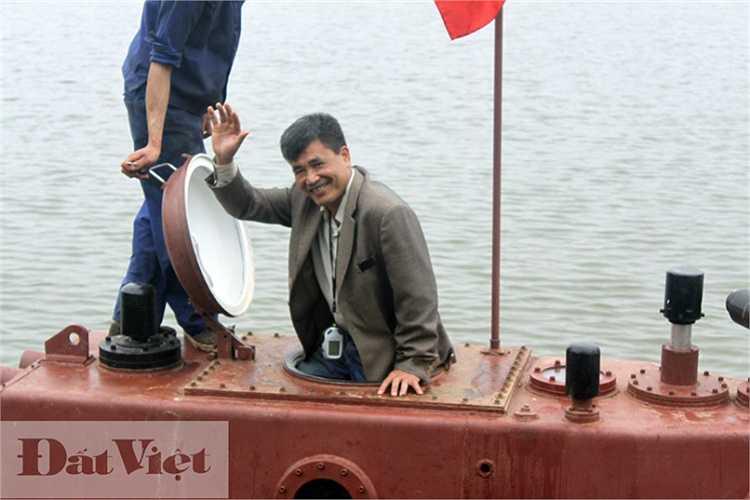 Không quên vẫy tay chào mọi người trước khi xuống tàu