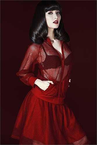 Cô liên tục tung ra những bộ ảnh diện váy áo xuyên thấu.