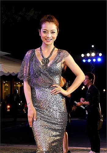 Jennifer Phạm dù đã là gái hai con nhưng cũng rất chuộng mốt váy xuyên thấu.