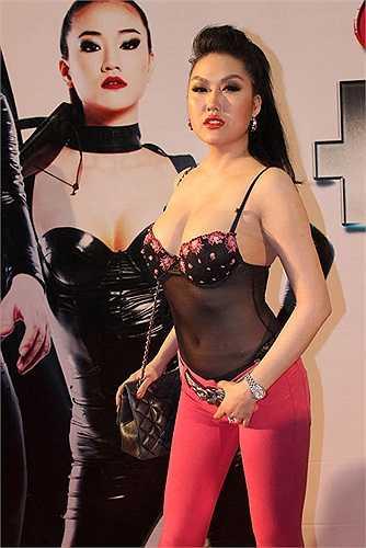 Cô thường diện đồ xuyên thấu. Nhưng do sự bất cẩn mà không ít lần Phi Thanh Vân bị gán mác 'thảm họa thời trang'.