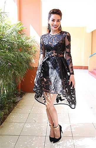 Dù có rất nhiều kiểu váy áo xuyên thấu nhưng chưa bao giờ nữ ca sỹ bị chê ăn mặc phản cảm.
