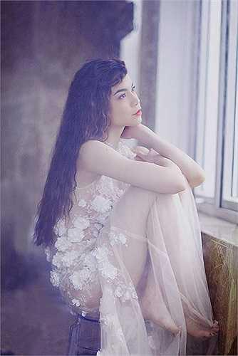 Váy áo của cô thường có thêm lớp lót trong để che đi những khoảng hở da thịt.