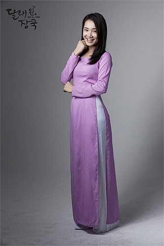 Nhã Phương đã lên đường sang Seoul từ cuối tháng 2 và có gần 1 tháng quay phim tại xứ sở Kim chi. Cô  được mời đóng một vai phụ trong phim 12 năm trở lại, phát sóng cuối tuần trên sóng truyền hình cáp JTBC của Hàn Quốc.