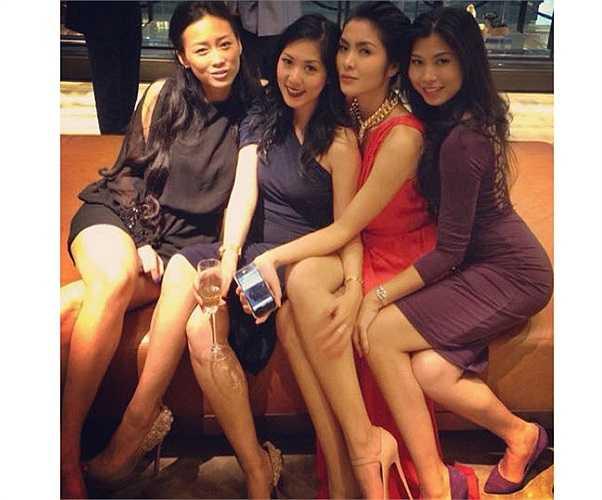 Đôi chân thon dài của người đẹp nổi bật khi đứng bên cạnh những cô gái khác,