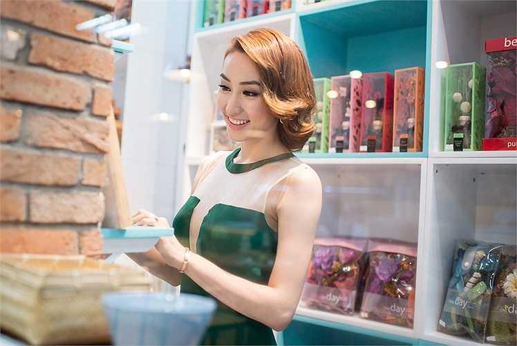 Không chỉ vậy, hiện tại Ngân Khánh đang ráo riết học thuộc lời thoại, thậm chí cả khi đi học nhảy hay chụp ảnh cho tạp chí cô cũng phải cầm theo kịch bản.