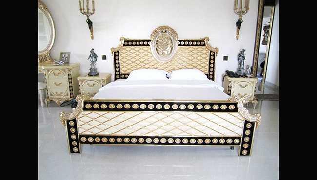 Phòng ngủ rất sang trọng với nội thất đắt tiền.