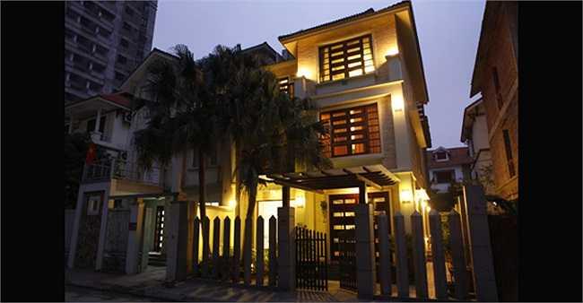 Căn nhà tiện nghi của Hồ Quỳnh Hương trở nên đẹp hơn khi về đêm với ánh đèn vàng tỏa ra từ khắp các phòng.