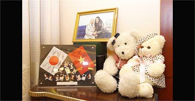 Hồ Quỳnh Hương đặt ảnh kỷ niệm và tấm hình chụp cùng Đại tướng Võ Nguyên Giáp ở chính giữa ngôi nhà.