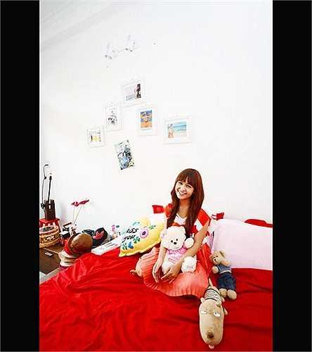 Hot girl Thiên Trang với căn phòng màu đỏ ấm áp.