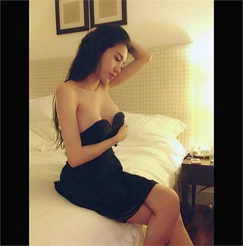Elly Trần không ít lần khoe những hình ảnh táo bạo trong phòng ngủ…