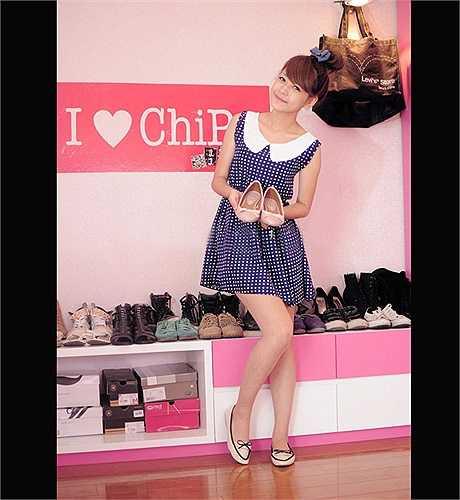 Chi Pu cũng sở hữu 1 căn phòng màu hồng khá nữ tính. Nàng hotgirl có riêng một góc để bày 'bộ sưu tập' giày dép.