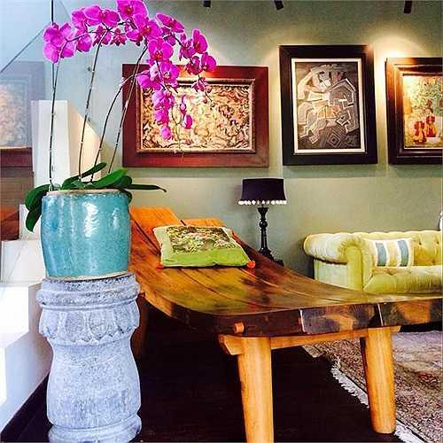 Phòng khách của nhà Hồng Nhung lại mang một mảng màu khác biệt, điều thú vị là căn phòng gần giống như một phòng nghệ thuật trưng bày tranh.