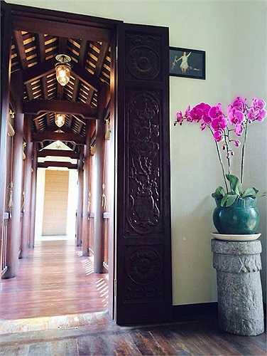 Những điêu khắc, cột nhà bằng gỗ xoan gợi nhớ đến mái đình Bắc Bộ. Cửa sổ rộng, hàng hiên cao với những cánh cửa rộng mở được thiết kế có thể hưởng trọn thiên nhiên bên ngoài.