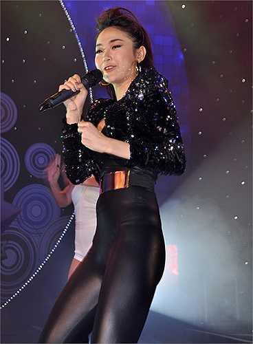 Minh Hằng được xếp vào hàng những ca sỹ có thân hình bốc lửa nhất nhì showbiz Việt.