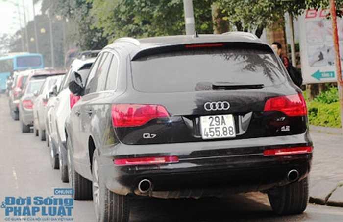 Audi Q7 'lặng lẽ' phía sau đoàn xe sang