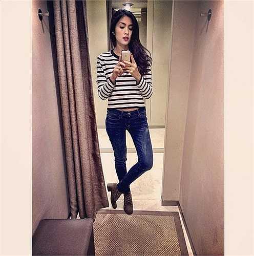 Nữ diễn viên chính của Mỹ nhân kế sở hữu vóc dáng thon thả với chiều cao 1m66. Đó có thể coi là một chiều cao đạt chuẩn với một cô gái 8X. Tuy không thuộc hàng 'chân dài' như người mẫu nhưng Hà Tăng lại có lợi thế vì chân thẳng nuột. Hiếm hoi nữ diễn viên này mới chia sẻ những hình ảnh tiết lộ hình thể đẹp mắt của đôi chân trần.